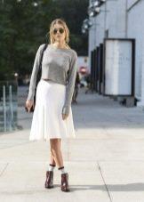 Белая юбка ниже колена