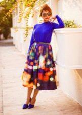 Яркая юбка ниже колена в сочетание с фиолетовой блузой