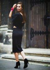 Узкая юбка ниже колена в сочетание с широкой блузой