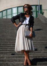 Легкая пышная юбка ниже колена в сочетание с кожаной курткой