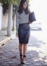 Однотонная юбка-карандаш ниже колена в сочетание с полосатой ковточкой