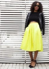 Яркая юбка ниже колена в сочетание с темным верхом