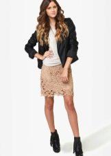 1fbd98e9baf Такие юбки отличаются комбинацией нейтрального цвета и смелого фасона. Их  носят с майкой
