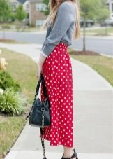 25e0d816d0b Красная юбка подходит для создания делового образа. К ней нужно подобрать  блузу белого или тёмного цвета