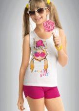 Девочка модель в белых шортиках 86