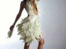 Свадебное платье из резиновых перчаток короткое