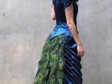 Свадебное платье, украшенное перьями павлина