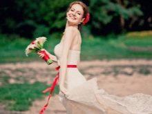 Букет к свадебному платью с красной лентой
