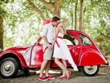 Свадебное платье с красным поясом и красной машиной