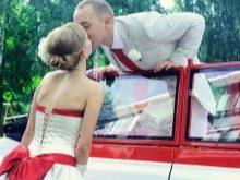 Свадебное платье с красным бантом и машиной