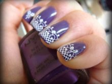 Фиолетовый маникюр с белым кружевом