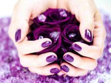 Фиолетовый маникюр под фиолетовое платье