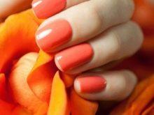 Оранжевый маникюр под коричневое платье