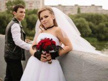 Свадебное платье с черными аксессуарами
