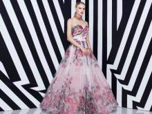 Розовое платье с сиреневыми цветами