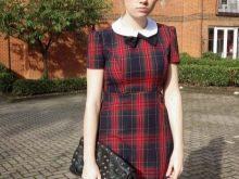 Короткое платье в красно-синюю шотландскую клетку (тартан) с белым воротником