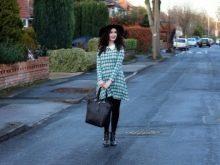 Средней длины с длинными рукавами платье  в светло-зеленую шотландскую клетку (тартан) с белым воротником