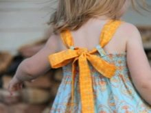 Завязывание бретелей на платье для девочки