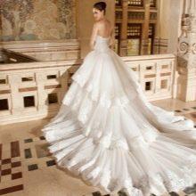 Свадебное пышное платье со шлейфом для часовни