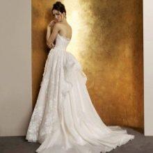 Пышное свадебное платье со шлейфом щеткой