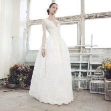 Свадебное пышное платье c глубоким декольте