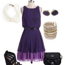 Фиолетовое платье с черными аксессуарами