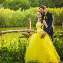 Свадебное желтое платье гарманирующие с нарядом жениха