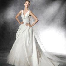 Свадебное платье с глубоким вырезом от Проновиас