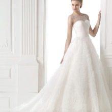 Пышное свадебное платье с жемчугом от Проновиас