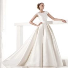 Свадебное платье а- силуэта с жестким кроем