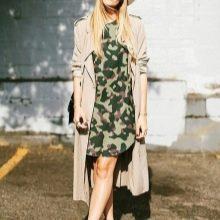 Камуфляжное платье с бежевым плащом