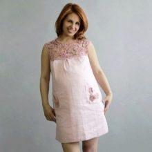Льняное платье прямого кроя с отделкой кружевом для полных