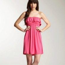 Короткое розовое платье из вискозы с воланами на груди