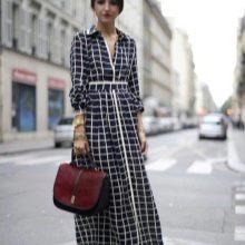Черное длинное платье-рубашка в клетку с босоножками на танкетке
