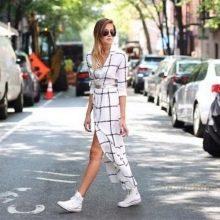 Длинное белое платье-рубашка в клетку с белыми кедами