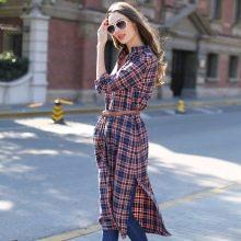 Платье-рубашка средней длины в клетку в сочетание с джинсами