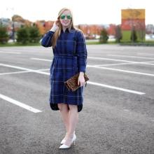 Платье-рубашка в синюю клетку с ассиметричным низом юбки