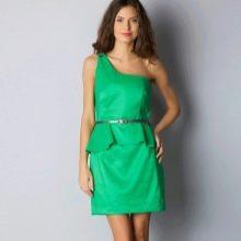 Зеленое платье с баской и бретелью на одно плечо