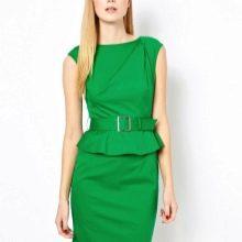 Ярко-зеленое платье-футляр с баской