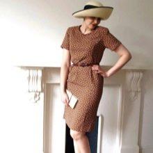 Строгое коричневое платье в горошек