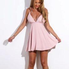 Короткое нежно-розовое платье с завышенной талией