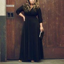 Черное платье в пол с длинным рукавом для полных в сочетаие с бежевыми босоножками на платформе