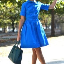 Яркое голубое платье в стиле 50-х