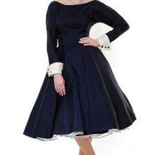 Пышное синее платье с длинными рукавами и белыми манжетами на них в стиле 50-х