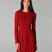 Красное трикотажное плиссированное платье