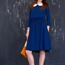 Синее трикотажное платье с воротником