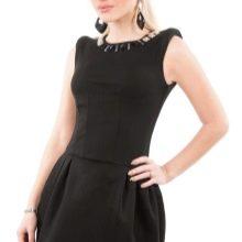 Короткое черное платье с юбкой колокол