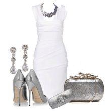 Серые аксессуары к белому платью-футляру