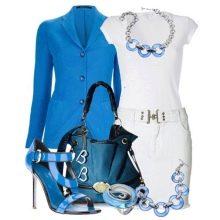 Синие аксессуары к белому платью-футляру