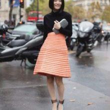 Трапециевидная оранжевая юбка средней длины на лето